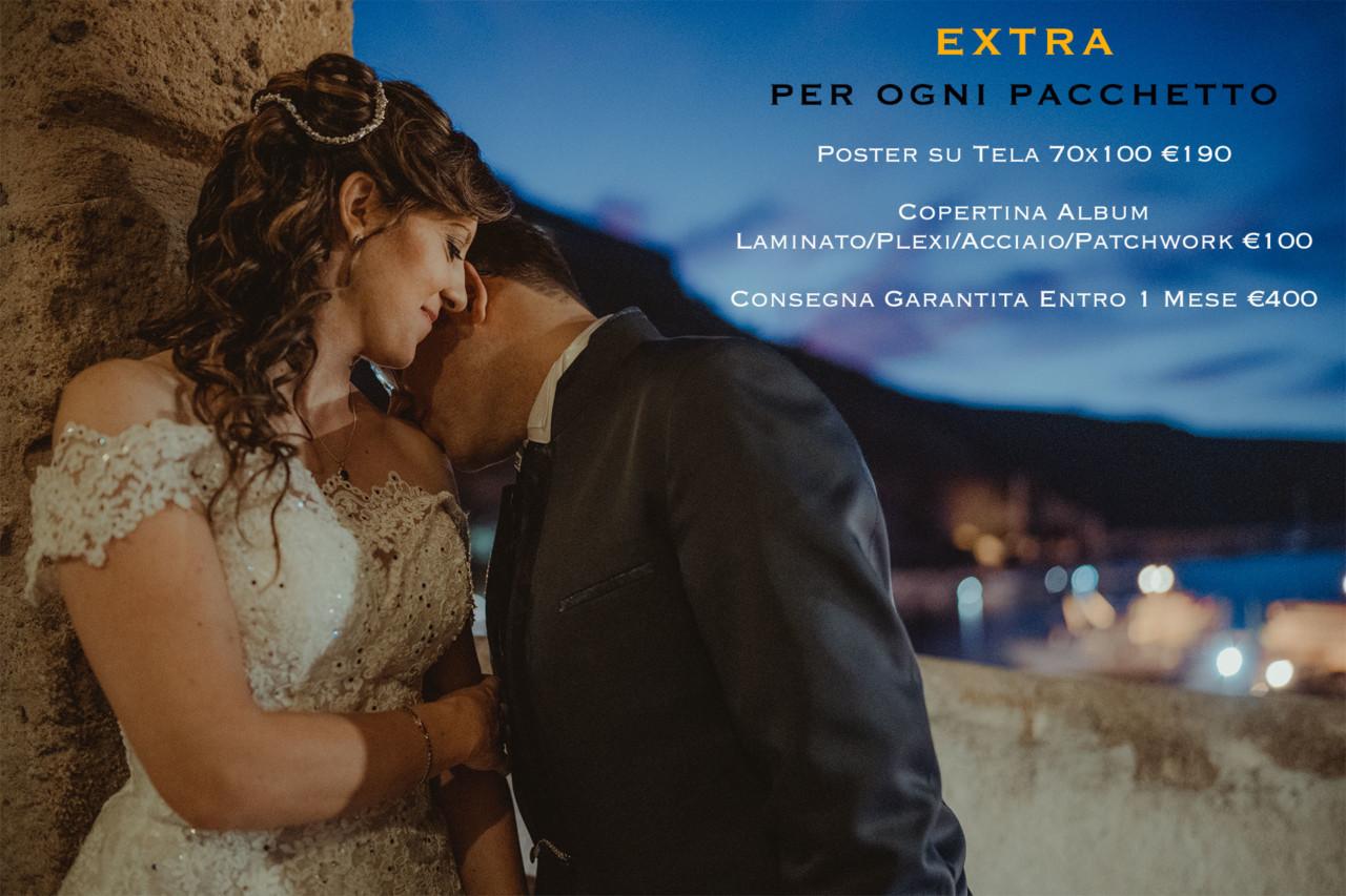 Sposo che bacia la spalla della sposa con lo sfondo del porto al crepuscolo
