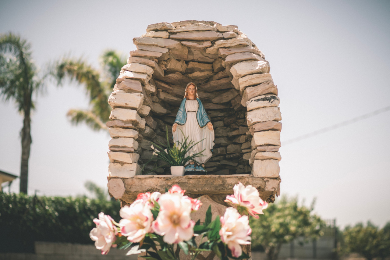 Statua della madonna con cupola di petra in giardino. Fotografia di Tommaso D'Angelo