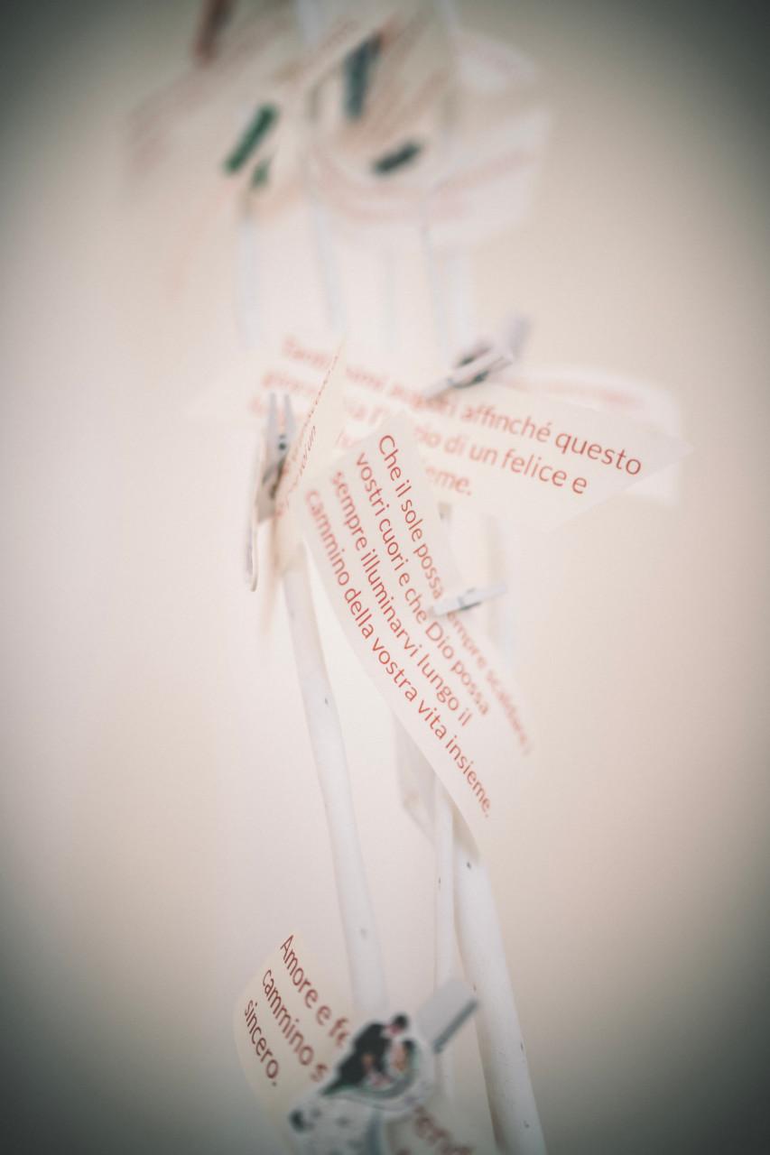 Biglietti con pensieri augurali per gli sposi. Fotografia di Tommaso D'Angelo