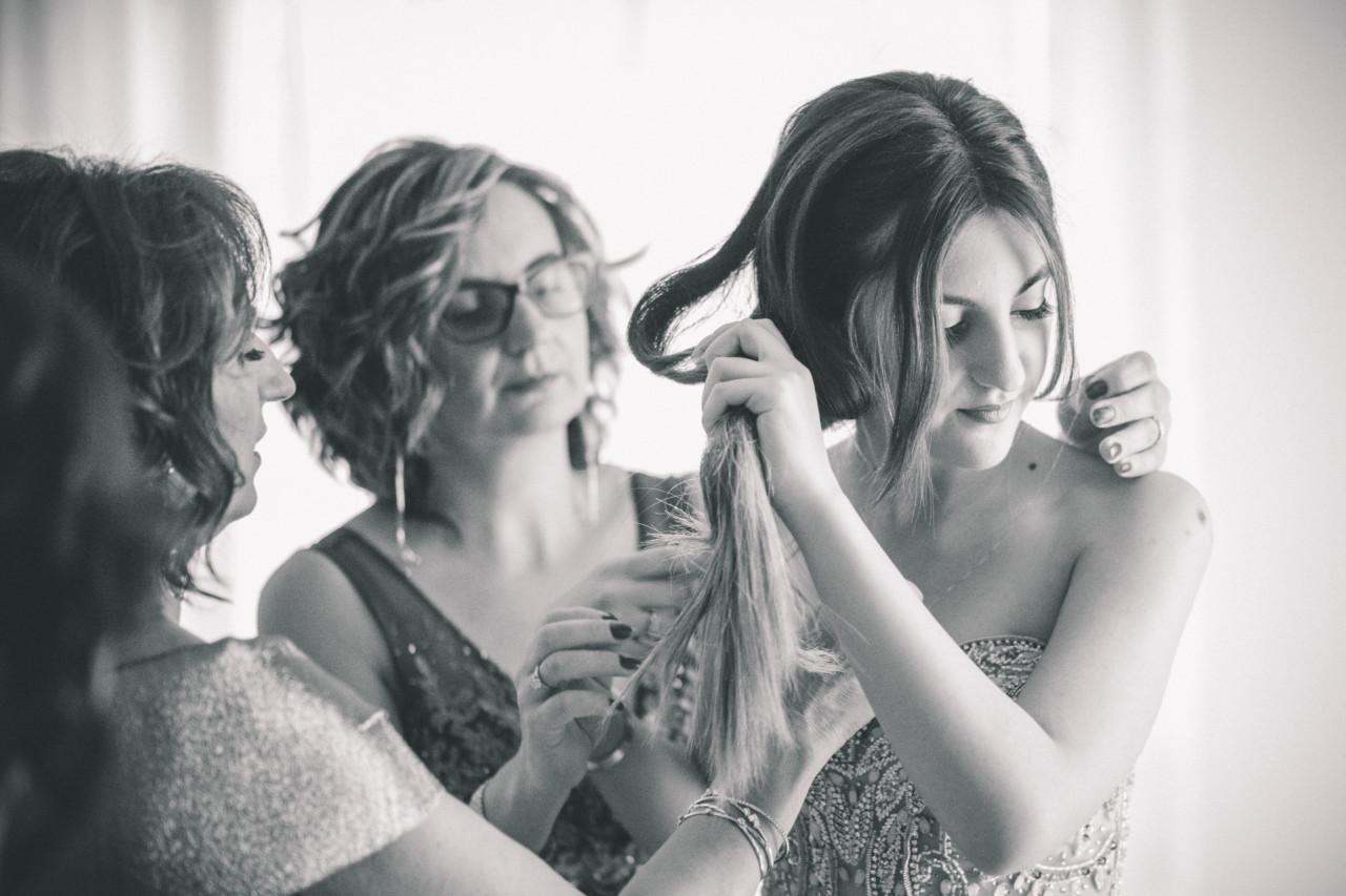 Preparazione acconciatura dei parenti della sposa. Fotografia di Tommaso D'Angelo