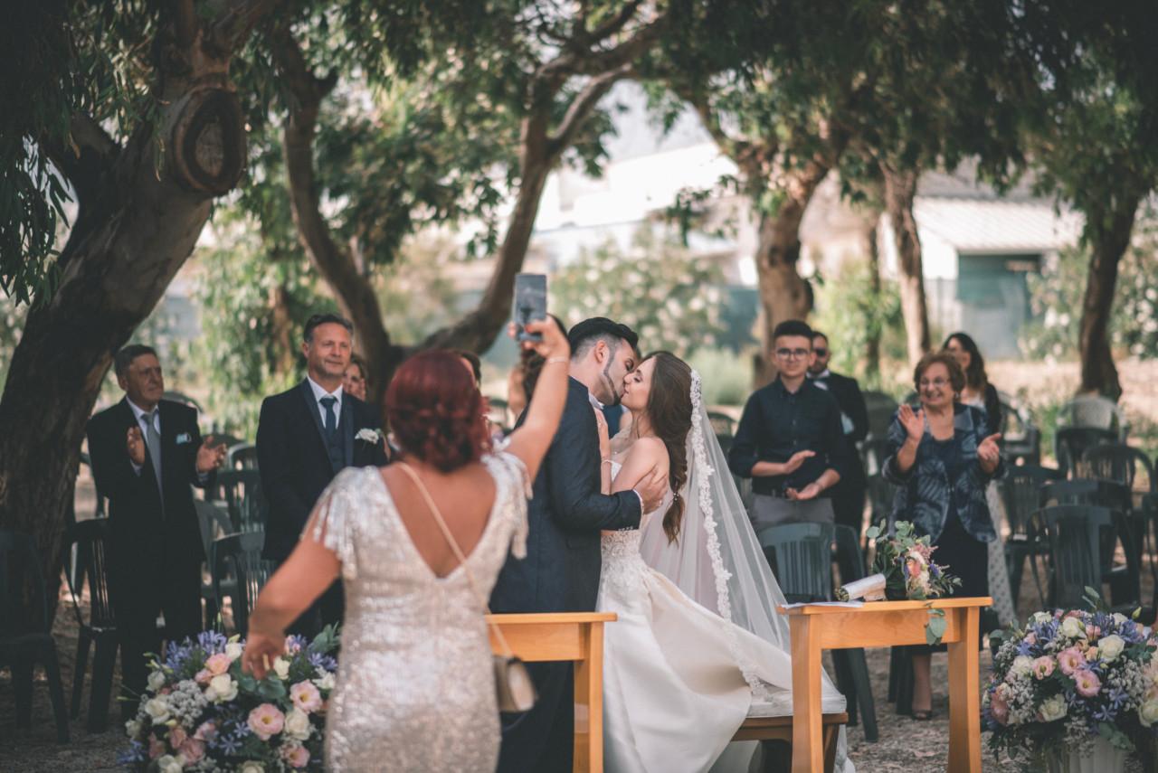 Bacio Sposi alla Fine della Cerimonia. Fotografia di Tommaso D'Angelo