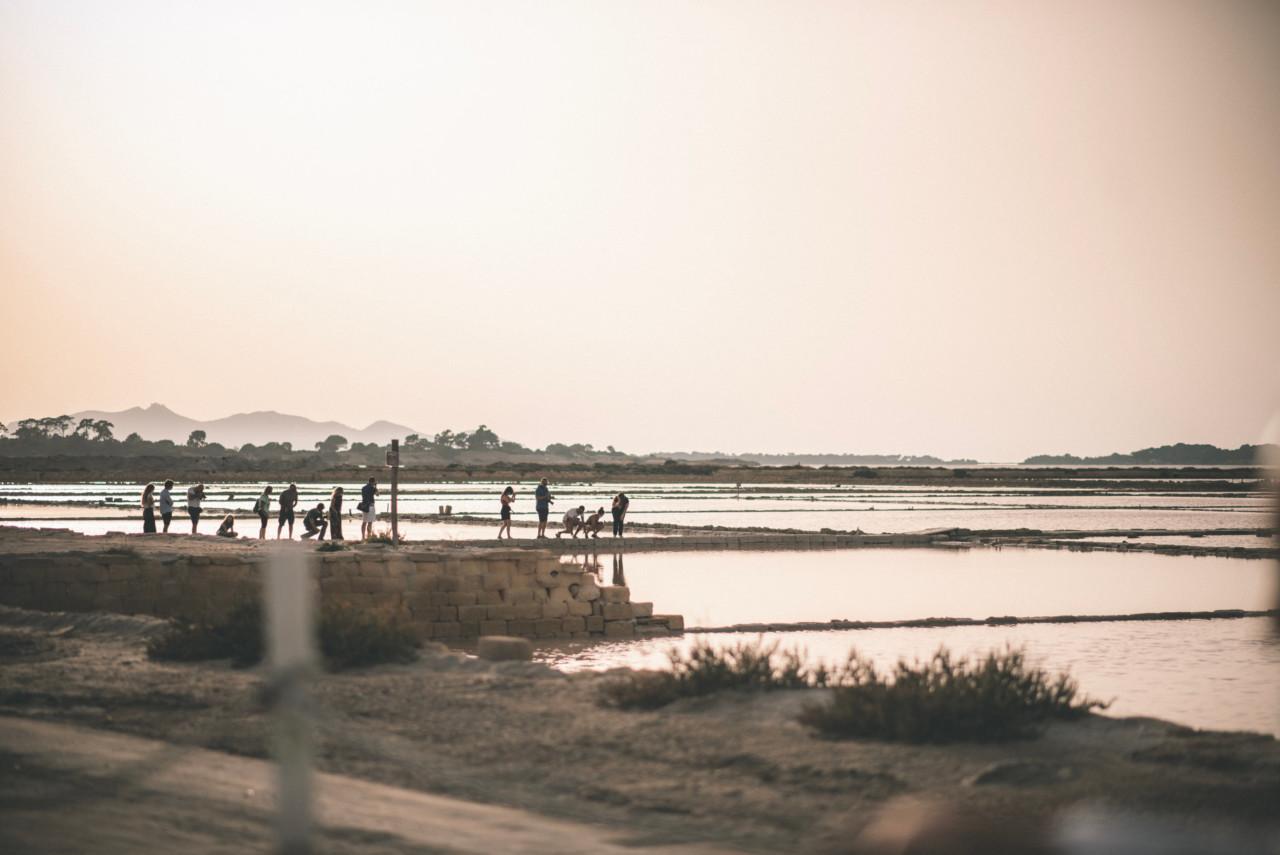 Gente alle Saline di Marsala al Tramonto. Fotografia di Tommaso D'Angelo