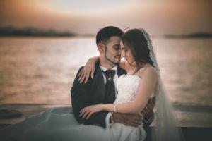 Ritratto degli Sposi all'Isola di Mozia in Barca al Tramonto. Fotografia di Tommaso D'Angelo